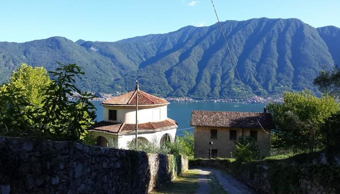 Il viale del Santuario e la splendida vista sul lago di Como